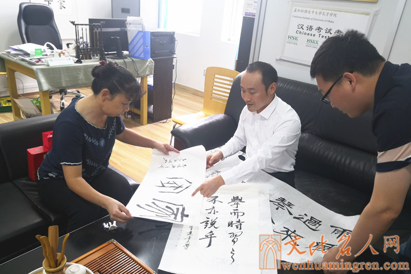 毛用书先生(中)与周铭东院长(左)交流书法艺术