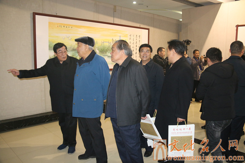 参加开幕式的领导、嘉宾参观画展